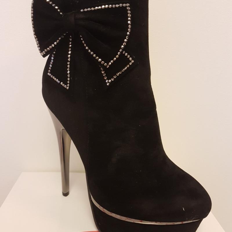 Mustad slehviga saapad