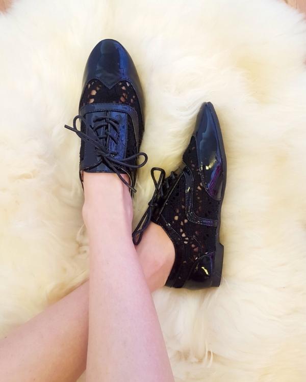 Heegeldatud jalatsid, must
